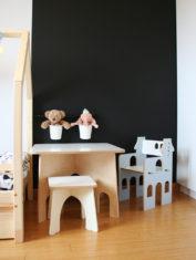 stolik na czernej scianie 780x1000